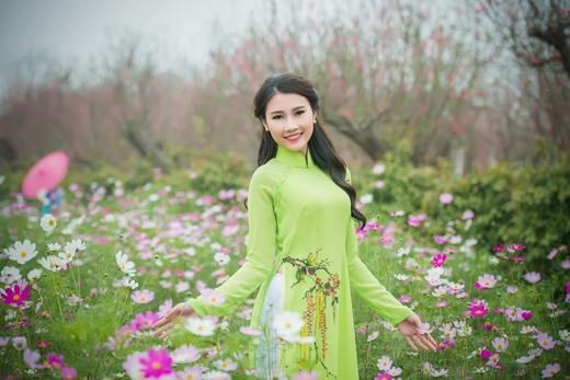 Xinh đẹp đọ dáng bên vườn hoa.