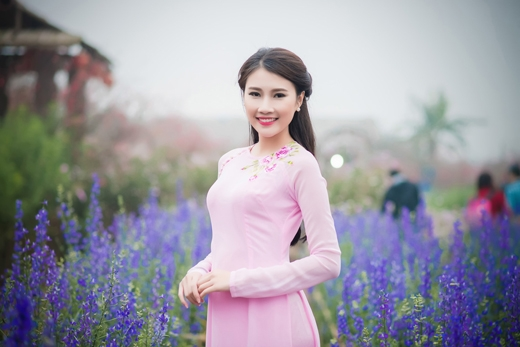 Thanh Tú rất xinh đẹp với trang phục áo dài truyền thống.