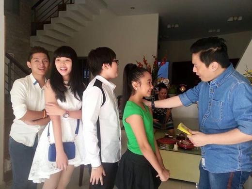 Lam Trường vui mừng khi các học trò Giọng hát Việt nhí qua nhà chúc Tết anh.