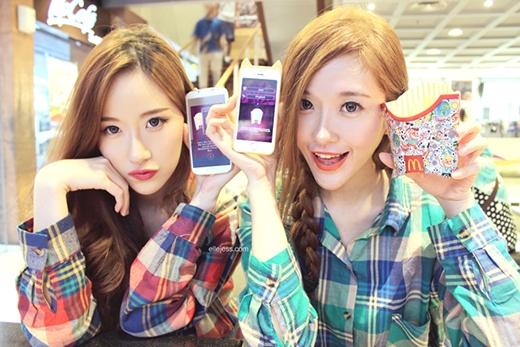 Cặp hot blogger Elle và Jess Yamaha xinh đẹp người Indonesia. Hai cô gái 9x hiện đang điều hành một thương hiệu thời trang riêng cho những cô gái trẻ, tên Gowigasa.