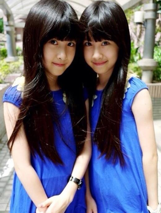 Sandy, Mandy tên thật là Zhiou Yuxi và Zhiou Yuhan. Hai cô gái người Đài Loan hiện là ngôi sao nhí sáng giá. Hai chị em từng xuất hiện nhiều lần trên tạp chí, quảng cáo, truyền hình.