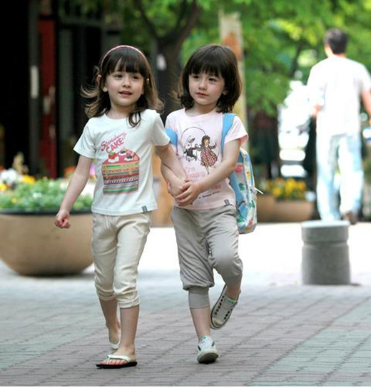 Naomi và Lisa là cặp chị em song sinh có mẹ là con lai Hàn Mỹ. Cặp song sinh 2005 sở hữu gương mặt đáng yêu, xinh xắn cùng phong cách ăn mặc thời trang.