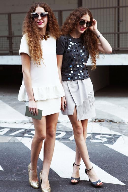 Cặp song sinh tóc xù Sama và Haya Abu Khadra là ngôi sao thời trang đường phố đến từ nước Ả Rập Saudi.