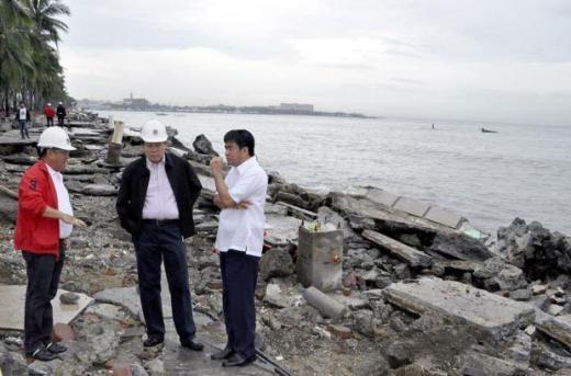 """Vào tháng 10/2011, một bức ảnh chụp ba nhân viên nhà nước Philippines điều tra thiệt hại gây ra do bão Nesat vùng vịnh Manila """"gây bão"""" mạng do lỗi photoshop khiến họ như đang đứng trên không."""