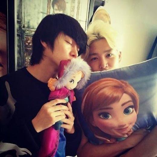 Các fan đều biết Heechul rất đam mê đồ chơi. Nhưng gần đây, họ đã bị ám ảnh khi nhìn thấy thần tượng của mình mê mệt những hình ảnh trong phim hoạt hình Disney - Frozen.