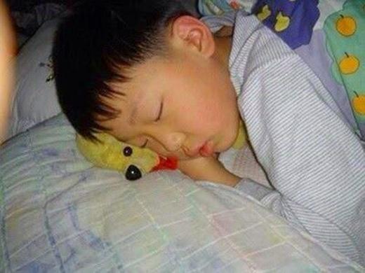 Bobby (iKon) cực kỳ thích gấu Pooh và loại thú nhồi bông này đã theo anh từ nhỏ đến lớn. Có lẽ hơi kỳ lạ nhưng Bobby có thể ngủ lên chúng như thế này trong một thời gian dài.