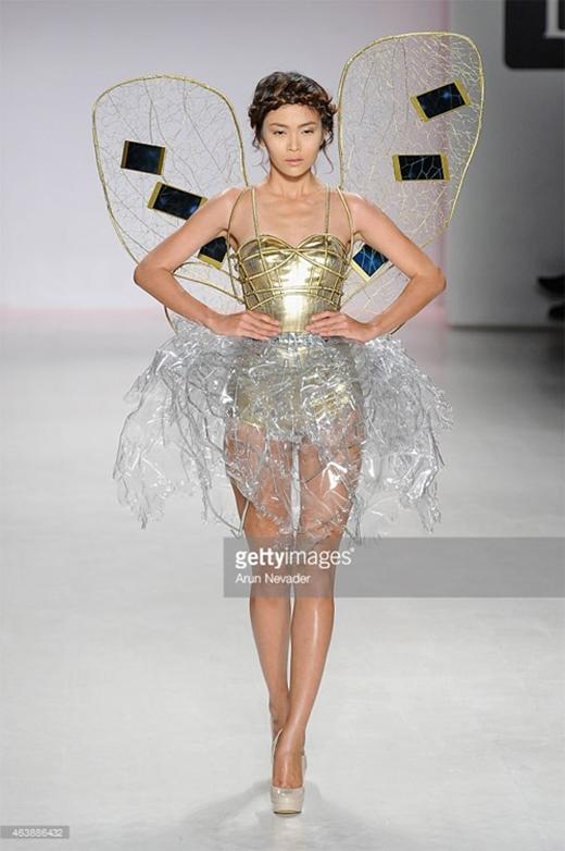 Mâu Thanh Thủy mặc một thiết kế như ý tưởng từ cánh bướm