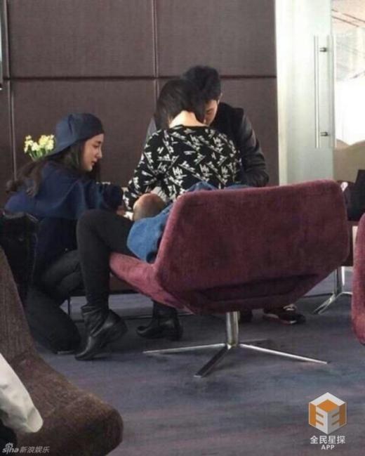 Vợ chồng Dương Mịch thay tã cho con ở sân bay