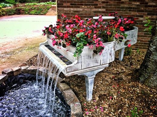 Nếu nhà bạn có sân vườn rộng, và một cây đàn Piano bỏ đi, thì bạn có thể làm cho khu vườn nên thơ hơn bằng ý tưởng này.