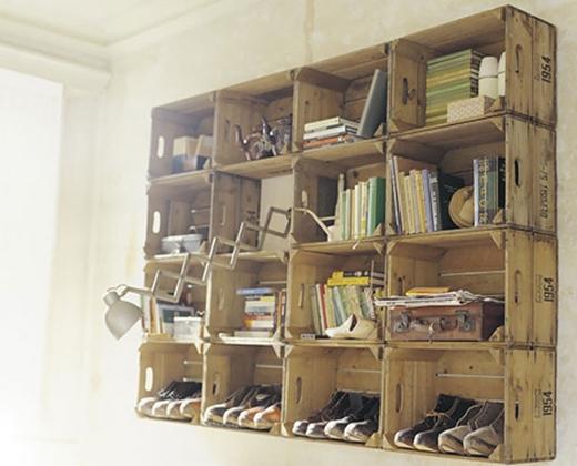 Giá sách được làm rất đơn giản từ các hộp gỗ đựng đồ ghép lại. Vừa tiện dụng, vừa 'art' đúng không?