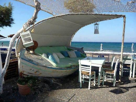 Một quầy bar mini ngoài trời được làm từ một con thuyền bỏ không. Rất nên thơ.