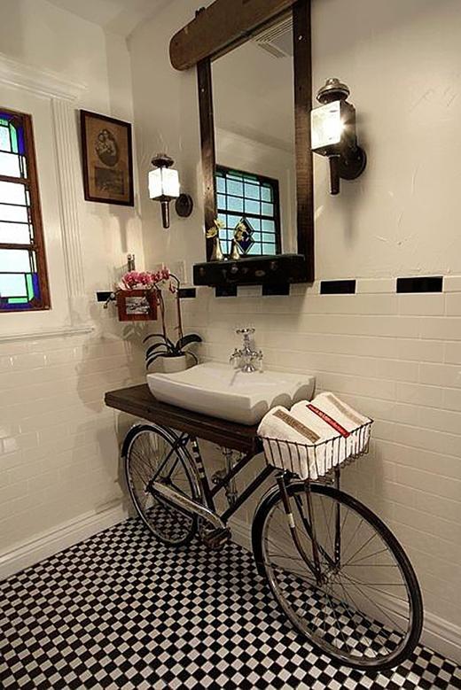 Từ xe đạp, chúng ta có được một góc nhà vệ sinh cực tuyệt.