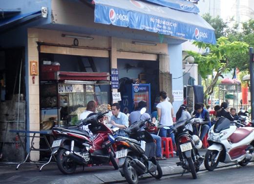 Ăn hủ tíu cả năm thì ngày tết cũng ăn hủ tíu - Trong ảnh là một quán - như vô số quán hủ tíu ở Sài Gòn ngày tết tấp nập khách - ở ngã tư Trương Quốc Dung - Nguyễn Văn Trỗi sáng mùng 3 tết (21-2) - Ảnh: M.C
