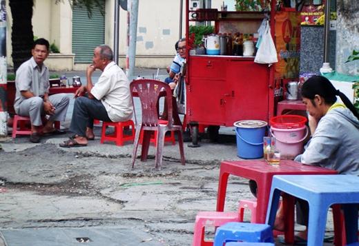 Cả năm uống cà phê sáng nhưng uống vội vội thì khi tạm nghỉ công việc thì ly cà phê tết đầu hẻm đường Trần Huy Liệu (Q.3) lòng cũng vơi bớt lo toan - Ảnh: M.C