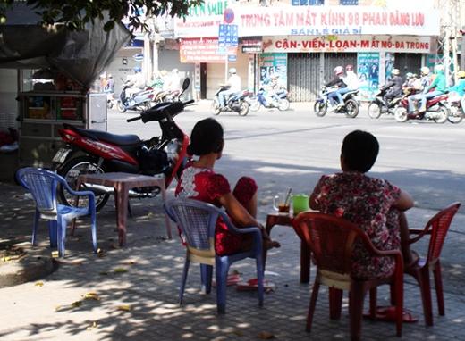 Có lẽ với người Sài Gòn, phụ nữ uống cà phê ngoài quán là chuyện bình thường quá. Trong ảnh: buổi cà phê sáng mùng ba của hai quý bà Sài Gòn trên đường Phan Đăng Lưu - Ảnh: M.C
