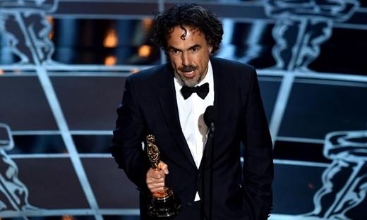 Đạo diễn của Birdman lên sân khấu nhận giải thưởng
