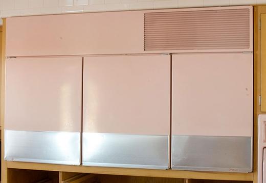 Tủ lạnh được gắn ngang tầm mắt, trông giống như một cái tủ bình thường.