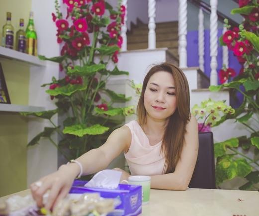 Đây cũng là dịp cô chiêu đãi các fan món bánh tét và mứt dừa do chính tay cô làm. - Tin sao Viet - Tin tuc sao Viet - Scandal sao Viet - Tin tuc cua Sao - Tin cua Sao