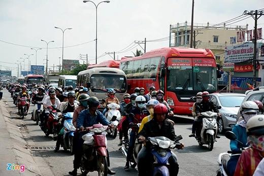 Người dân đổ về Hà Nội, TP HCM sau Tết