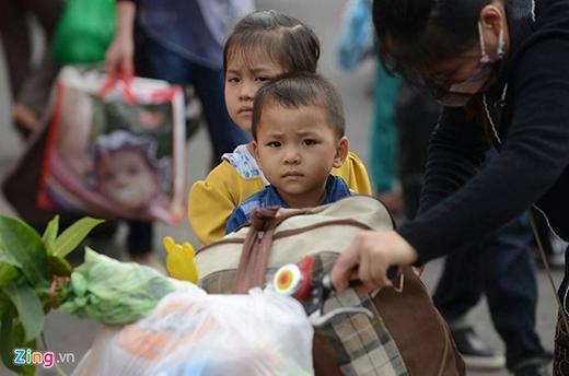 15h40, phóng viên Lê Hiếu cho hay, lượng khách đổ về bến xe Mỹ Đình ngày càng đông. Bé Tuấn cùng mẹ và chị gái (ảnh dưới) đi từ Bình Lục (Hà Nam) về Hà Nội với mức giá 100.000 đồng, đắt gấp đôi so với ngày thường.