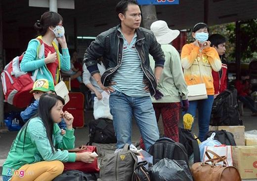 Gia đình anh Nguyễn Hùng Phi (quê Phan Thiết) cho biết, nhà xe bán đủ chỗ chứ không nhồi nhét, xe không bị chậm giờ nhưng mọi người hơi mệt do quốc lộ đang sửa, xe chạy xóc. Ảnh: Lê Quân.
