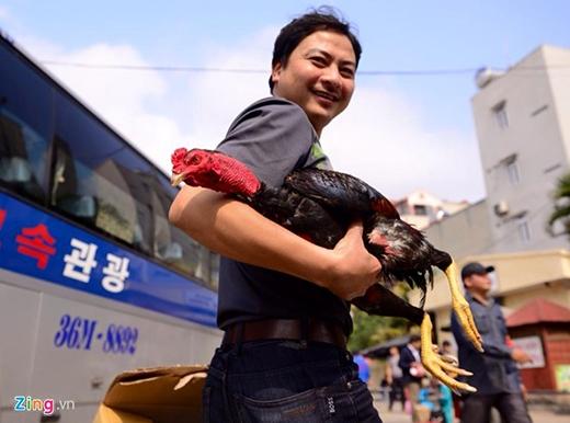 Ngoài thực phẩm, đồ đạc đưa từ quê lên thủ đô, không ít người còn gửi theo cả xe đạp, thậm chí là gà chọi. Ảnh: Anh Tuấn.