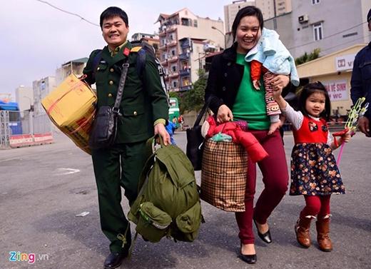14h15, thượng uý Nguyễn Minh Tân bắt xe khách từ TP Thái Bình về Hà Nội sau thời gian nghỉ phép về quê ăn Tết. Thời tiết Hà Nội mát mẻ, bến xe cũng đang khá vắng khiến những người trở lại thủ đô sớm cảm thấy khá thoải mái. Ảnh: Anh Tuấn.