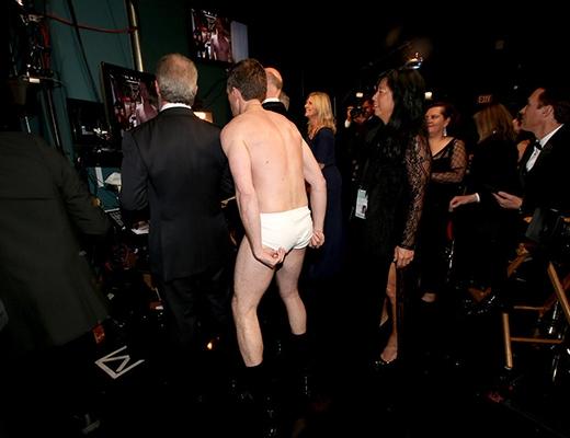 chủ xị Neil Patrick Harrisvẫn hồn nhiên trong hậu trường sau màn lột đồ trên sân khấu