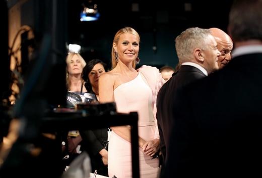 Gwyneth Paltrow đã nhanh chóng phát hiện ra camera phía sau hậu trường đang nhắm vào mình
