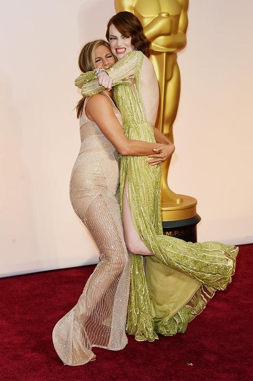 Jennifer Aniston không ngại ngùng nhấc bổng Emma Stone khiến nhiều người không khỏi thích thú