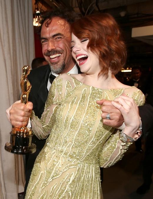 Emma Stone cực kì hạnh phúc cùng đạo diễn Alejandro González Iñárritu sau thành công vang dội của bộ phim Birdman (người chim). Bộ phim đã mang về 4 giải Oscar và đề cử cho giải Nữ diễn viên xuất sắc nhất giành cho Emma