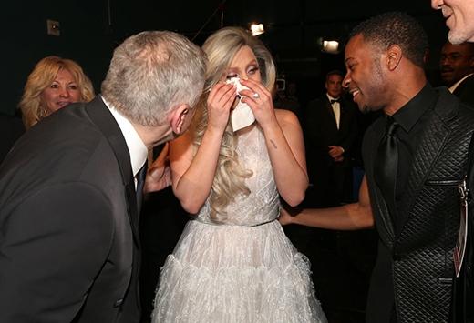 Lady Gaga đã cực kì xúc động sau khi trình bày xong màn trình diễn ấn tượng của mình trên sân khấu của lễ trao giải Oscar