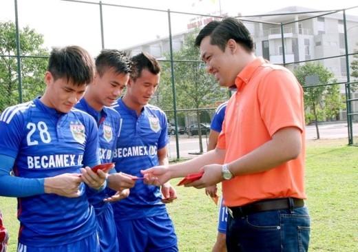 Ông Cao Văn Chóng, Tổng giám đốc Công ty cổ phần bóng đá Bình Dương tặng bao lì xì may mắn cho Công Vinh cùng các đồng đội. Công Vinh đã có kỳ nghỉ Tết hạnh phúc bên gia đình trong căn biệt thự triệu đô mới xây tại TP HCM.