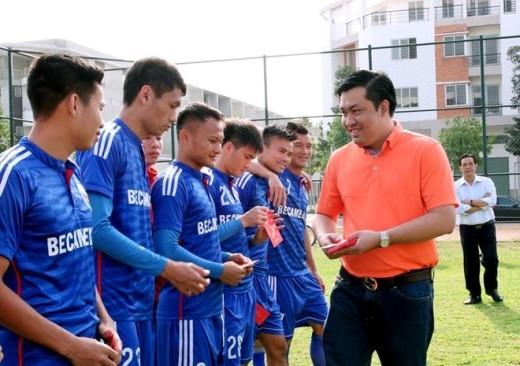 Các cầu thủ của CLB Bình Dương phấn khởi khi nhận được phong bao lì xì và những lời chúc may mắn của lãnh đạo CLB.