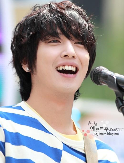 Không sở hữu hàm răng thẳng tắp hoàn hảo nhưng nụ cười vẫn luôn hiện hữu trên gương mặt của Yonghwa. Các fan nhận xét chính nụ cười của nam thần tượng đã che mất tất cả những khuyết điểm còn lại trên gương mặt của anh.