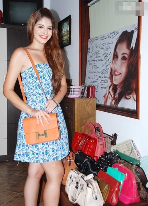 Chiếc túi Adrea đang đeo có giá 7.000 USD (hơn 140 triệu VND) và đôi giầy cô nàng thích đi nhất (không phải là đôi giầy đắt nhất) được mua với giá hơn 2.000 USD. - Tin sao Viet - Tin tuc sao Viet - Scandal sao Viet - Tin tuc cua Sao - Tin cua Sao