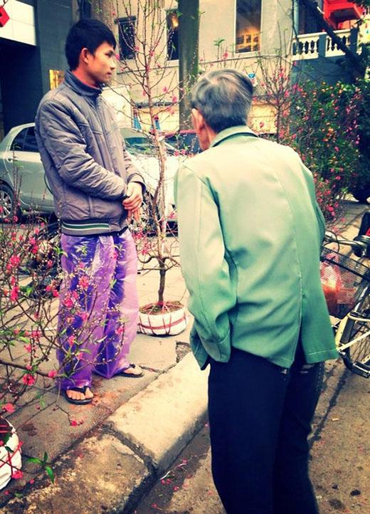 Một bức ảnh chụp một cụ ông đang đi mua hoa Tết và cuộc đối thoại của ông với người bán hoa vào chiều ngày 30 Tết đã được một tài khoản với tên Machi Nguyễn đăng tải lên mạng và nhanh chóng được chia sẻ rộng rãi.