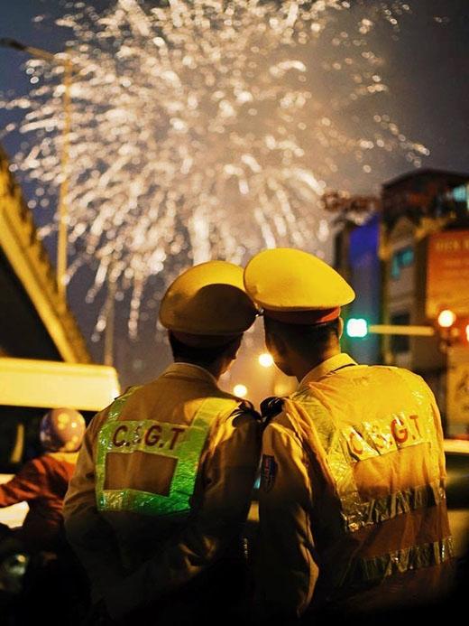 Một hình ảnh đẹp ngay thời khắc bắn pháo hoa chào đón năm mới của hai chiến sĩ công an được tình cờ chụp lại.