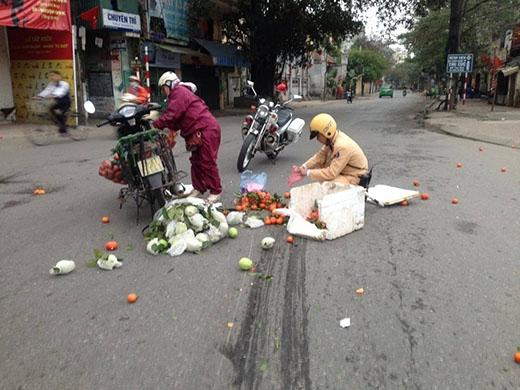 Mới đây nhất, khoảng 7h sáng nay (24/2/2015), hình ảnh một tài xế taxi và hai đồng chí CSGT đã cùng nhặt giúp hoa quả rơi cho người phụ nữ bán hàng.