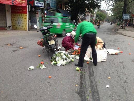 Được biết, ngay thời điểm người phụ nữ chở hoa quả này bị rơi túi hàng xuống đường, hai đồng chí Nguyễn Duy Diệp và Lê Anh Tú đang trên đường tuần tra đã dừng xe, cùng với một tài xế taxi Mai Linh đã cùng phụ nhặt giúp người phụ nữ. Nhiều người đi đường thấy ấm lòng bởi hình ảnh đẹp đầu năm mới của hai đồng chí CSGT Đội CSGT Số 2 cũng như của tài xế taxi Mai Linh.