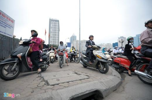 Nhiều xe máy phải đi lên vỉa hè để nhanh chóng vượt qua đám đông.