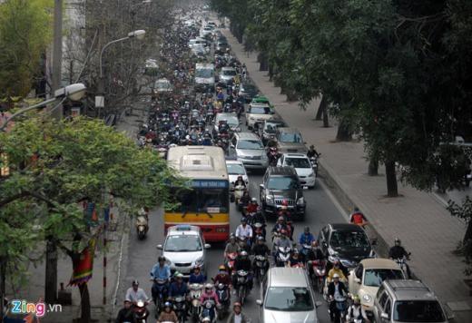Phía gầm cầu vượt Láng Hạ, giao thông trên đường Láng hướng từ ngã 3 Thái Thịnh tới Láng Hạ cũng rơi vào tình trạng ùn ứ.