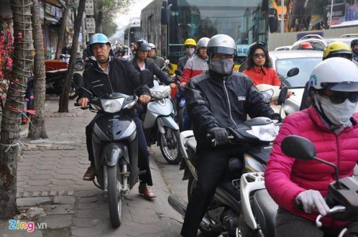 Đường Phạm Văn Đồng cũng xảy ra ùn tắc cục bộ vào giờ cao điểm sáng nay, đặc biệt khi xe khách giường nằm, xe buýt di chuyển qua các nút giao Trần Quốc Hoàn – Phạm Văn Đồng. Đội CSGT số 6 cho biết, đơn vị đã tăng cường mỗi chốt 2 cảnh sát phân luồng ở khu vực này.