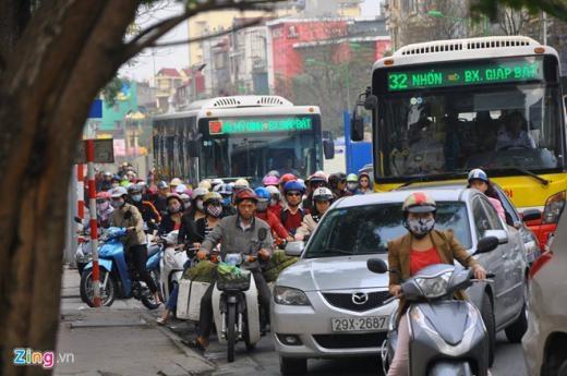 Lưu lượng phương tiện di chuyển từ Trần Quốc Hoàn, Trần Đăng Ninh, Xuân Thủy ra đường Cầu Giấy lớn. Trong khi tuyến đường này đang trong quá trình thi công trụ nhà ga số 6, số 7, lòng đường bị hạn chế dẫn đến tình trạng ùn tắc kéo dài. Ôtô, xe buýt không thể di chuyển, xe máy phải lao lên vỉa hè.