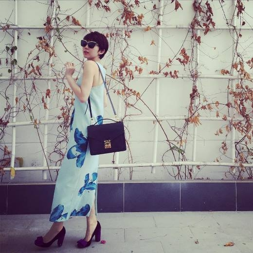 Tóc Tiên chọn váy dài họa tiết hoa lớn vô cùng phù hợp với không khí những ngày đầu năm