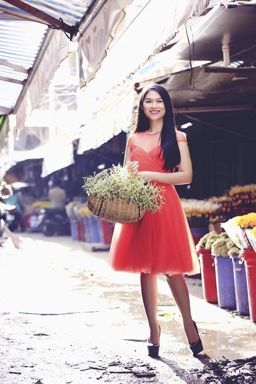 Tạo dáng giữa chợ hoa.
