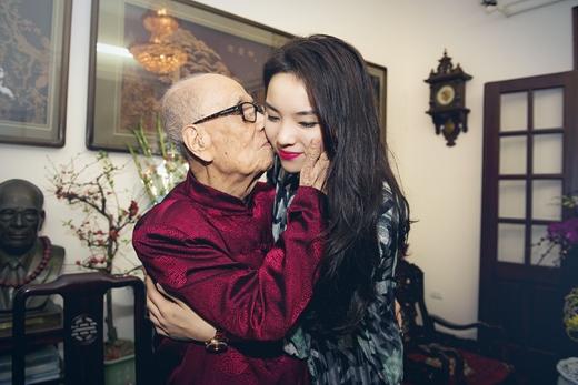 Hoa hậu Kỳ Duyên đến thăm và chúc Tết giáo sư Vũ Khiêu - Tin sao Viet - Tin tuc sao Viet - Scandal sao Viet - Tin tuc cua Sao - Tin cua Sao