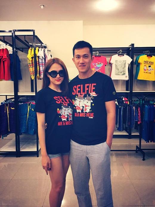 Hương Giang Idol và bạn trai Criss Lai hồi teen với áo đôi in hình cartoon. Cặp đôi này cũng luôn dính nhau không rời trong mọi khoảnh khắc từ đời thường cho đến công việc.