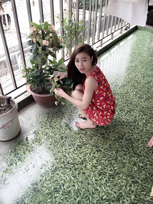 Ninh Dương Lan Ngọc với biểu cảm bất ngờ khi bị em họ chụp lén lúc đang chăm sóc cây kiểng. Dường như vừa mới ngủ dậy nên cô nàng vẫn chưa kịp thay đồ mà vẫn còn mặc 'nguyên si' đồ ngủ khiến các fan vô cùng thích thú với hình ảnh giản dị hiếm có này.