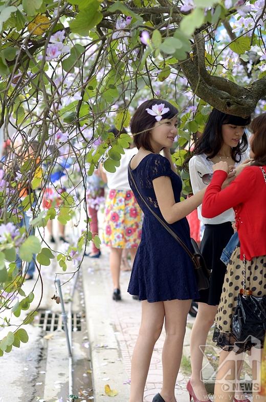 Hằng năm, có rất đông các bạn trẻ đến vườn Hồng để chụp ảnh với hoa ban.
